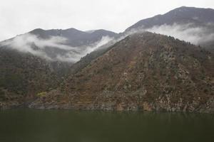 paysage brumeux dans les carpates roumaines photo