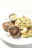 boulettes de viande frikadellen allemandes avec pommes de terre frites à l'oignon crémeux et sauce moutarde sur plaque blanche photo