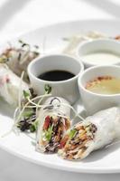 rouleaux de printemps végétaliens aux légumes frais asiatiques avec sauces au vietnam photo