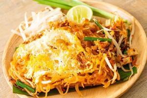 pad thai - nouilles sautées à la thaïlandaise avec œuf photo