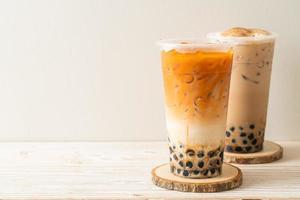 thé au lait taïwanais et thé au lait thaï avec des bulles photo