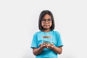 portrait de petite fille avec ses économies en studio shot. photo