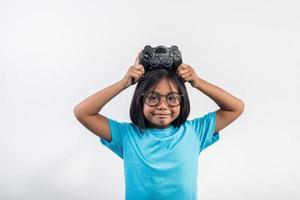 portrait de petite fille avec joystick gamer. photo