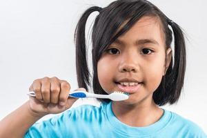 petite fille se brosser les dents en studio. photo