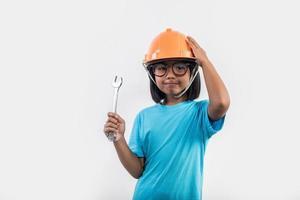petite fille portant un casque orange en studio shot. photo