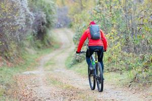 faire du vélo dans les sentiers routiers dans les bois photo