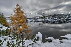 lac de montagne au crépuscule photo