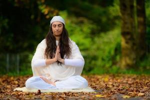 pratique du yoga dans le parc d'automne par une fille photo