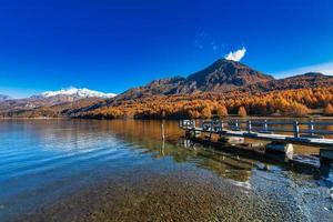 petite jetée sur le lac de montagne dans les alpes suisses photo