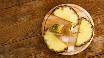 jus d'ananas frais avec de la glace dans une petite bouteille en verre photo
