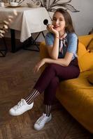maquilleuse avec des pinceaux assis sur le canapé photo