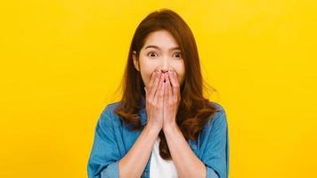femme asiatique avec une expression positive sur fond jaune. photo