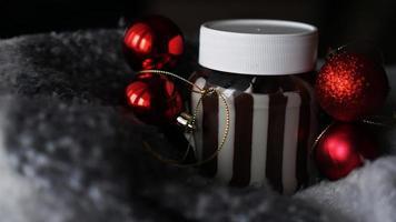 crème au chocolat sucré dans le pot sur fond de noël photo