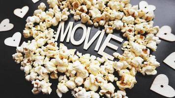 pop-corn sur fond noir. regarder un film avec du pop-corn photo