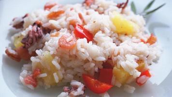 riz aux crevettes et ananas, cuisine thaïlandaise sur plat blanc photo