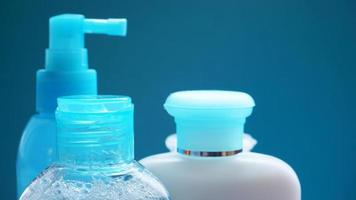 tube cosmétique bleu sur fond bleu. plastique vierge photo