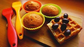 mini muffins simples dans des ustensiles de cuisson en silicone colorés. cuisine photo