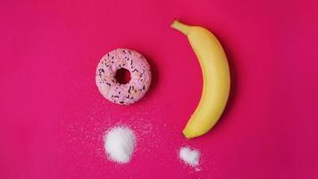 beignet de choix contre banane. commencer à manger sainement ou à manger de la malbouffe photo