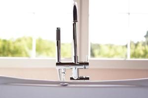 salle de bain moderne dans un intérieur lumineux avec grande fenêtre photo