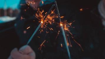 bâtons de feu de bengale, étincelant, brûlant, les amoureux mains feu photo