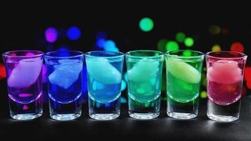 Variation de coups durs alcoolisés servis sur le comptoir du bar photo