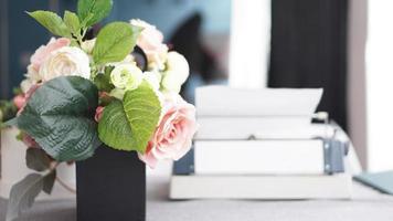 espace de travail féminin avec bouquet de fleurs sur blanc photo