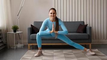 jeune femme mince confiante déterminée faisant des exercices à la maison photo