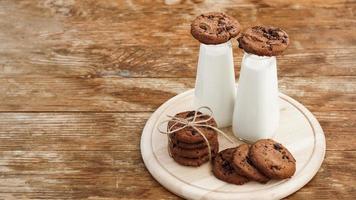 biscuits aux pépites de chocolat maison et lait photo
