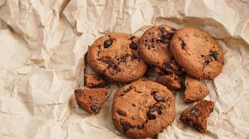 flatview de biscuits au chocolat artisanaux photo