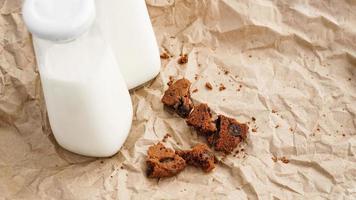 lait frais dans une bouteille et miettes de chocolat photo