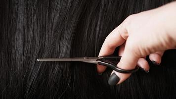 perruque et ciseaux - perruque noire - fond de coiffure photo