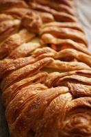 tourte à la viande avec pâte feuilletée. belle croûte dorée. déjeuner savoureux photo