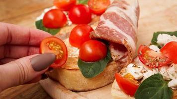 apéritif italien. bruschetta sur une planche en bois photo