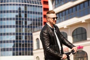 homme moderne équitation scooter électrique dans la ville photo
