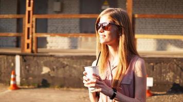 jeune femme avec une tasse de limonade à l'extérieur photo