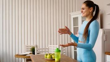 une femme nutritionniste parle du régime photo