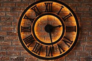 Close up old vintage wall clock sur fond de mur de briques grunge photo