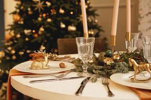 table servie pour le dîner de noël dans le salon, vue rapprochée photo