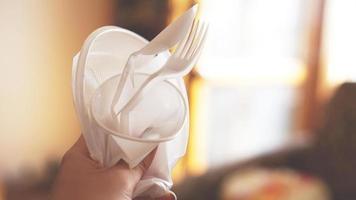 les mains cassent la vaisselle en plastique, les gens interdisent et arrêtent d'utiliser les déchets plastiques photo