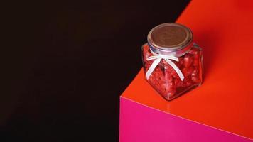 concept de la Saint-Valentin. coeurs en pot avec fond rouge et noir photo
