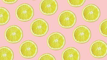 vue de dessus du motif de fruits colorés de citron frais sur fond rose photo