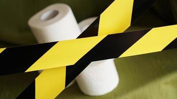 arrêtez la panique - coronavirus. papier toilette derrière le ruban photo