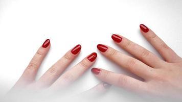 belle main féminine avec manucure et ongles rouges photo