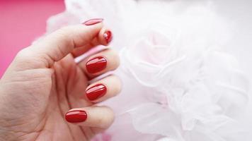 belle main féminine avec des ongles rouges photo