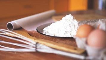ingrédients pour la cuisson du pain fait maison. des œufs photo