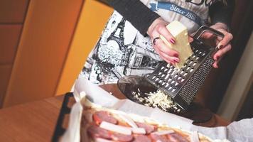gros plan part du chef boulanger faisant des pizzas maison photo