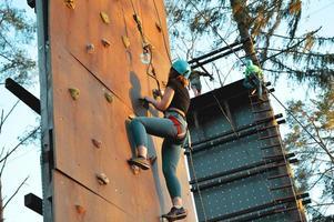 Jeune femme active sur la paroi rocheuse dans le centre sportif photo