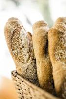 Pain baguette français bio mélangé dans un affichage de boulangerie rustique photo