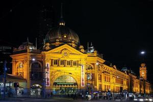 La gare de Flinders Street dans le centre de Melbourne en Australie la nuit photo