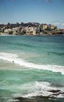 Les surfeurs de la célèbre plage de Bondi à Sydney en Australie aux beaux jours de l'été photo